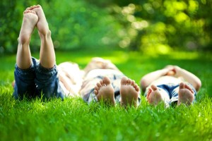 kids-feet-grass